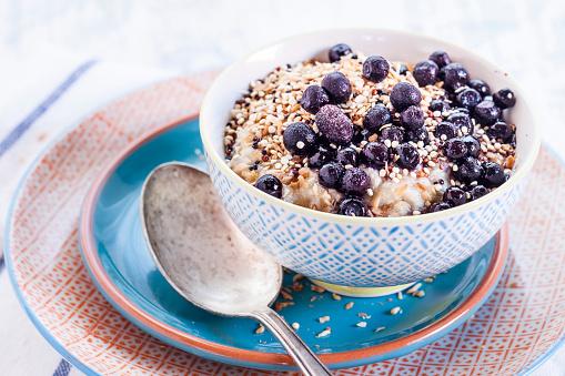 Blueberry「Vegan superfood breakfast with porridge, almond milk, blueberries and roasted quinoa」:スマホ壁紙(5)
