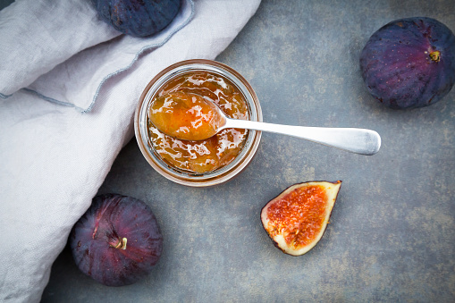 イチジク「Organic figs and a glass of fig jam」:スマホ壁紙(18)