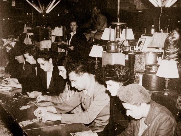 リラクゼーション「Automobile Workers Playing Bingo At A Carnival At Dearborn Michigan USA circa 1938」:写真・画像(12)[壁紙.com]