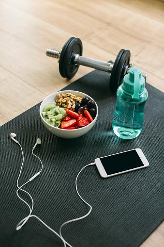 スポーツ「Dumbbell, drinking bottle, fruit bowl and smartphone with earphones」:スマホ壁紙(4)