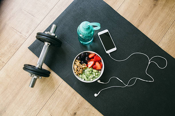 Dumbbell, drinking bottle, fruit bowl and smartphone with earphones:スマホ壁紙(壁紙.com)