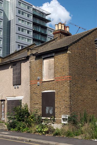 Run-Down「Abandoned Victorian semi-detached housing with modern development behind, London, UK」:写真・画像(7)[壁紙.com]