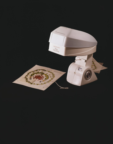 Cross-Stitch「Hand sewing machine on black background」:スマホ壁紙(17)