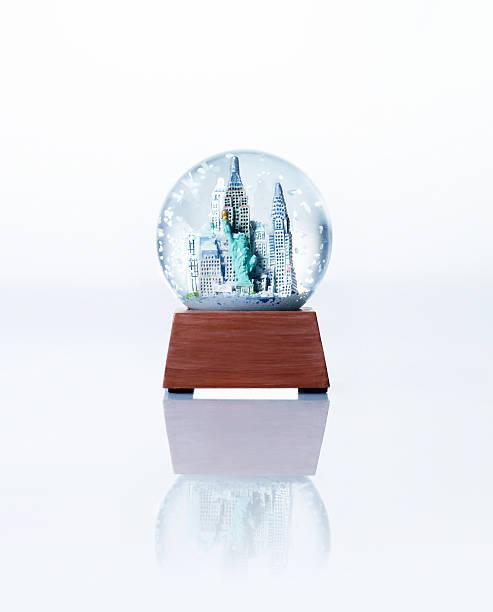Empire State building snow globe, close-up:スマホ壁紙(壁紙.com)