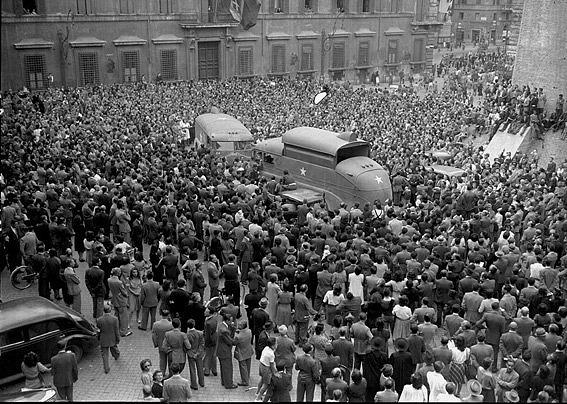 Celebration「The allies in Piazza Colonna, Rome 1944」:写真・画像(6)[壁紙.com]