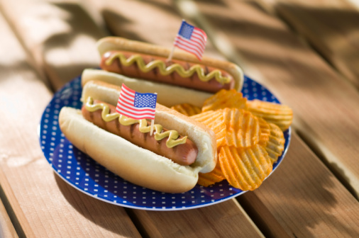 Hot Dog「Hot dogs and chips with miniature american flags」:スマホ壁紙(7)