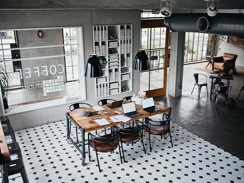 Generosity「Retro Style Shared Office Workspace Interior」:スマホ壁紙(15)