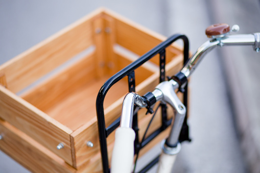 サイクリング「レトロなスタイルの素晴らしい木製バスケット装備自転車」:スマホ壁紙(14)