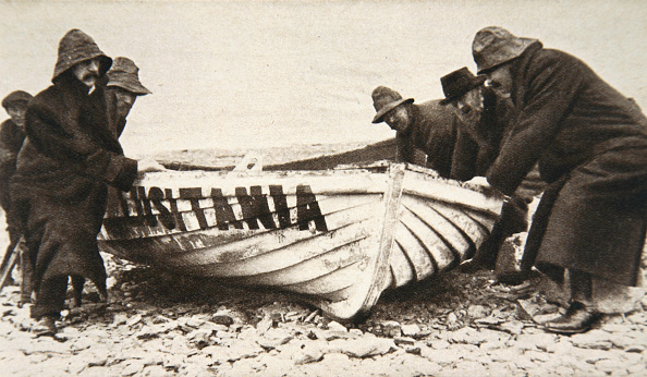 Passenger Craft「Hauling One Of The 'Lusitania's' Lifeboats Onto The Beach Ireland 8 May 1915」:写真・画像(3)[壁紙.com]