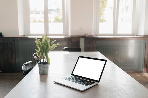 Portability「Laptop on table in a loft」:スマホ壁紙(16)