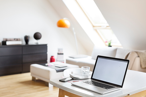 Focus On Foreground「Laptop on table in a flat」:スマホ壁紙(19)