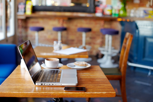 Convenience「Laptop on table in coffee shop.」:スマホ壁紙(5)