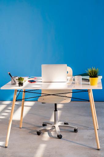 Order「Laptop on table in office」:スマホ壁紙(18)