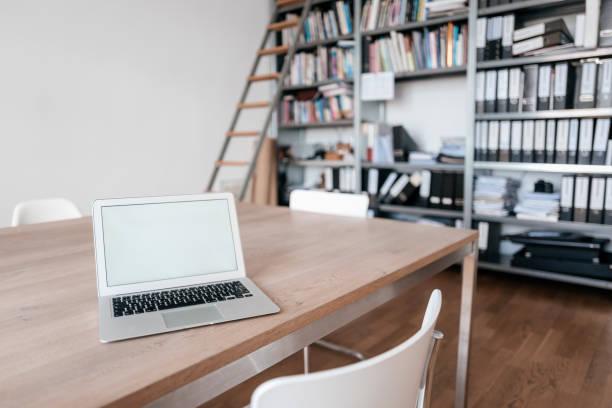 Laptop on table in office:スマホ壁紙(壁紙.com)
