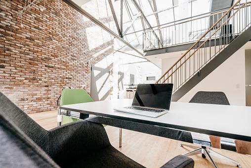 Brick Wall「Laptop on table in office」:スマホ壁紙(1)