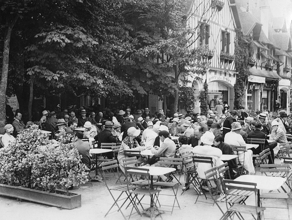 Deauville「People At The Aperitif In Deauville / France. About 1935. Photograph.」:写真・画像(16)[壁紙.com]