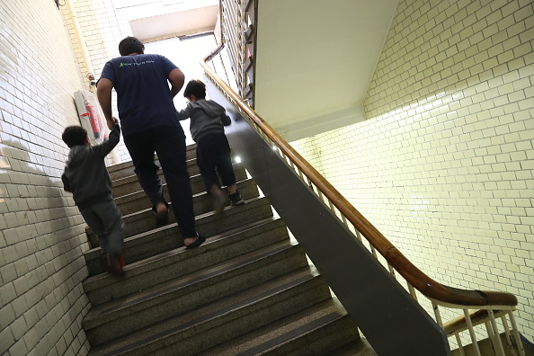 Staircase「Everyday Life At A Refugee And Migrant Shelter In Berlin」:写真・画像(9)[壁紙.com]