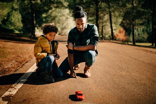 秋「父と息子が遊んで自然のリモート制御車」:スマホ壁紙(2)