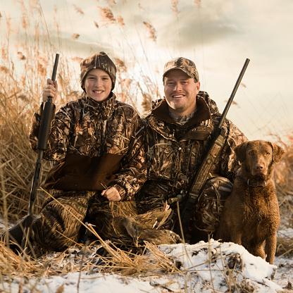 雪「father and son duck hunting with their dog」:スマホ壁紙(2)
