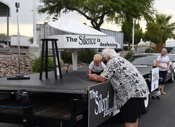 Stool「Las Vegas Entertainment Workers Hold Drive And March Event To Support Industry Decimated By COVID-19」:写真・画像(6)[壁紙.com]