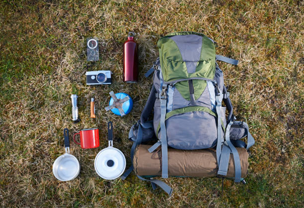 Backpack and camping equipment on grass.:スマホ壁紙(壁紙.com)