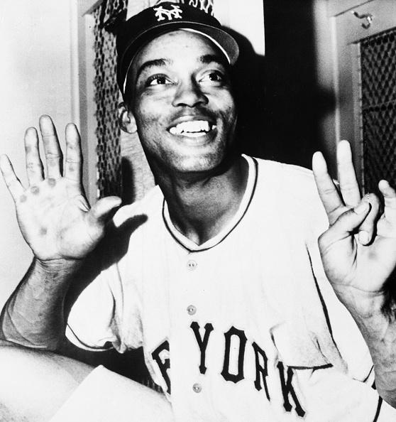 Baseball - Sport「Monte Irvin Holds Up Fingers」:写真・画像(11)[壁紙.com]