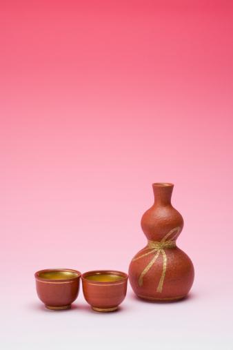 清酒「Sake bottle and two cups」:スマホ壁紙(18)