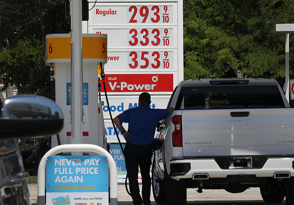 Paying「Gas Prices Approach 3 Dollars A Gallon In National Average, As Midwest Flooding And Turmoil In Venezuela Effect Supply Chain」:写真・画像(7)[壁紙.com]