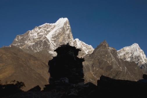 Khumbu「Taboche Peak and Arakam Tse with stone monument in the foreground, Khumbu, Nepal」:スマホ壁紙(12)