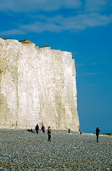 Danger「View of Beachy Head cliffs and the pebble shore, Sussex, UK」:写真・画像(3)[壁紙.com]