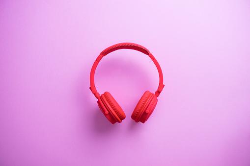 Audio Equipment「Wireless red headphones on pink background」:スマホ壁紙(0)