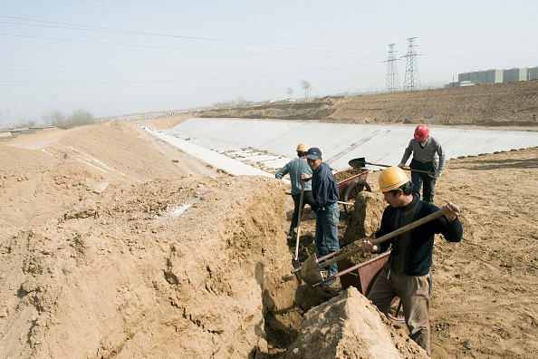 Shijiazhuang「Workers move a pile of dirt on the site of the South-to-North Water Diversion Project, near Shijiazhuang, Hebei Province, China, 28 February 2008.  This project will eventually carry water from the Yangtze River to the arid provinces of north China.  At」:写真・画像(10)[壁紙.com]