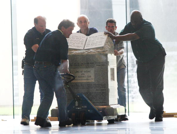 Monument「Ten Commandments Monument Removed Alabama Courthouse」:写真・画像(11)[壁紙.com]