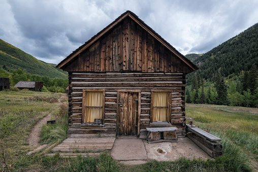 Aspen - Colorado「Rustic log cabin in valley」:スマホ壁紙(3)