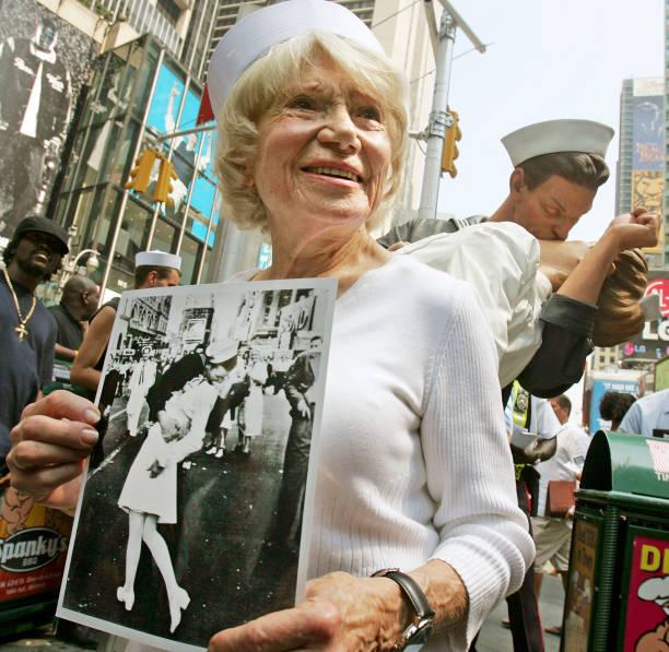 Sculpture Celebrates Famed Times Square Kiss At End Of World War II:ニュース(壁紙.com)