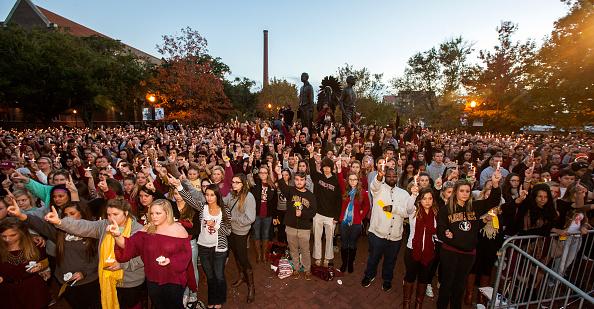 Mark Wallheiser「Florida State Students Hold Vigil After Campus Shootings」:写真・画像(10)[壁紙.com]