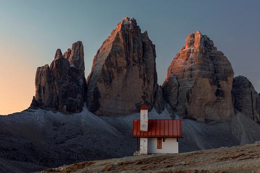 UNESCO「Stunning Tre Cime peaks and Chiesetta Alpina, Dolomites, Italy」:スマホ壁紙(7)