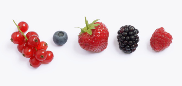 Raspberry「Red currants, blueberry, strawberry, blackcurrant and raspberry in a row, close-up」:スマホ壁紙(8)