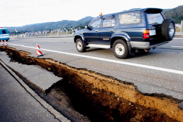 Cracked「Earthquake Measuring 6.8 Rocks Japan」:写真・画像(5)[壁紙.com]