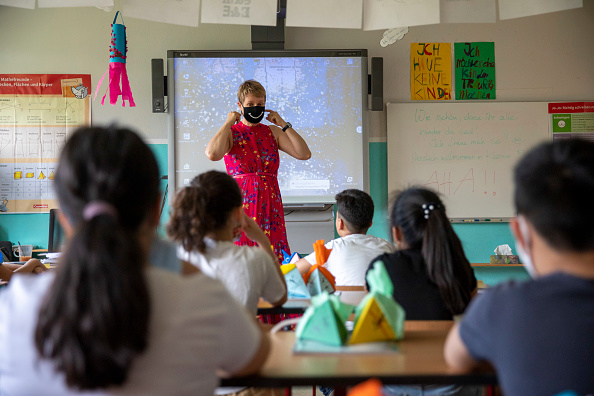 Teacher「New School Year Begins During The Coronavirus Pandemic」:写真・画像(16)[壁紙.com]
