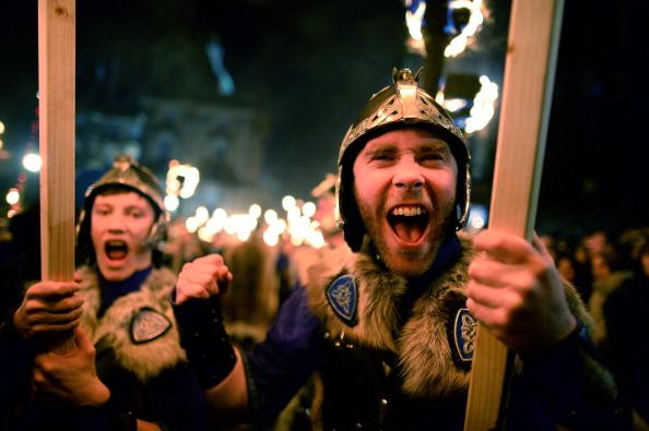Jeff J Mitchell「Torchlight Procession Begins Edinburgh's Hogmanay Celebrations」:写真・画像(6)[壁紙.com]
