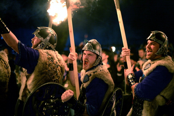 お祭り「Torchlight Procession Begins Edinburgh's Hogmanay Celebrations」:写真・画像(8)[壁紙.com]