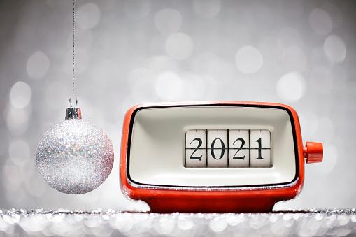 New Year「Retro alarm clock showing New Year 2021 - Christmas Retro Alarm Clock Celebration Defocused Red」:スマホ壁紙(12)