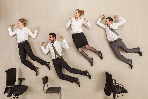 Business people jumping in office:スマホ壁紙(壁紙.com)