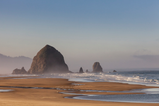 Cannon Beach「Haystack Rock seen from north of Cannon Beach」:スマホ壁紙(12)