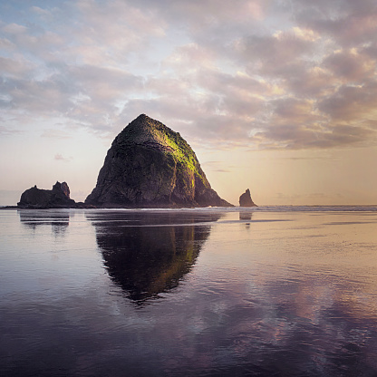 Haystack Rock「Haystack rock at cannon beach oregon sunset」:スマホ壁紙(2)