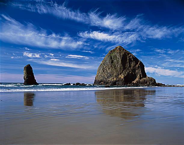 Haystack Rock blue sky white clouds Oregon Coast, Pacific Northwest:スマホ壁紙(壁紙.com)
