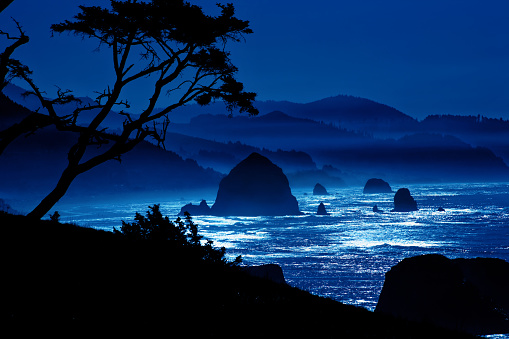 Cannon Beach「Haystack Rock by Moonlight」:スマホ壁紙(1)
