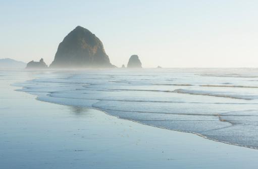 Cannon Beach「Haystack Rock, a sea stack.」:スマホ壁紙(10)