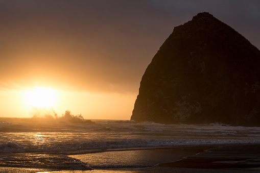 Cannon Beach「Haystack Rock on Cannon Beach」:スマホ壁紙(1)